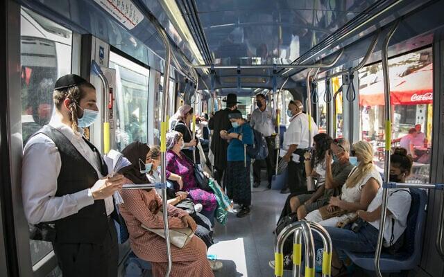 נוסעים ברכבת הקלה בירושלים. אפריל 2020 (צילום: בירושלים. אפריל 2020)