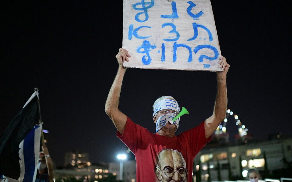 מפגין נגד בני גנץ בכיכר הבימה, 6 באוקטובר 2020 (צילום: תומר נויברג/פלאש90)