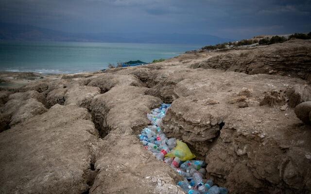 פסולת של בקבוקי פלסטיק ריקים על חוף ים המלח. נובמבר 2020 (צילום: Yonatan Sindel/Flash90)