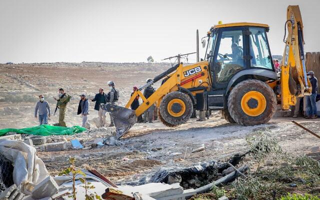 הרשויות הישראליות הורסות אוהל בבגדה המערבית. 25 בנובמבר 2020 (צילום: Wissam Hashlamon/Flash90)