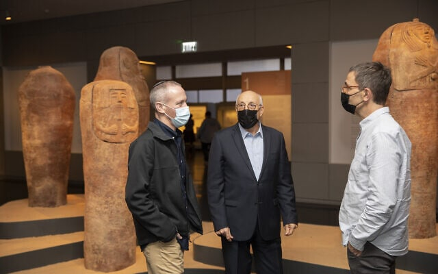 משמאל: חילי טרופר, שר התרבות, בעת ביקורו במוזיאון ישראל עם פתיחתו מחדש. 1 בדצמבר 2020 (צילום: Olivier Fitoussi/Flash90)