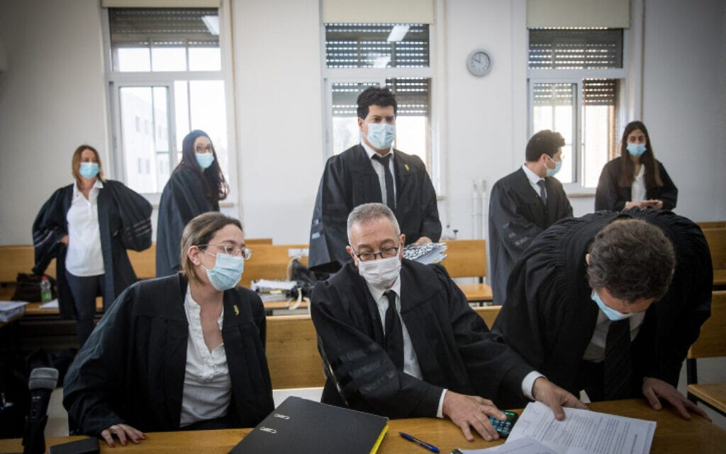 סנגוריו של ראש הממשלה בנימין נתניהו, עמית חדד ובועז בן צור, בבית המשפט המחוזי בירושלים, 1 בדצמבר 2020 (צילום: יונתן זינדל, פלאש 90)