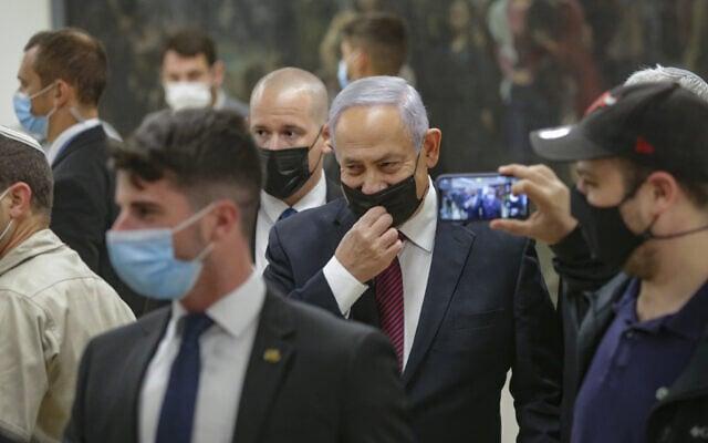 בנימין נתניהו בדרכו לאולם המליאה בכנסת בעת ההצבעה על פיזור הכנסת, 2 בדצמבר 2020