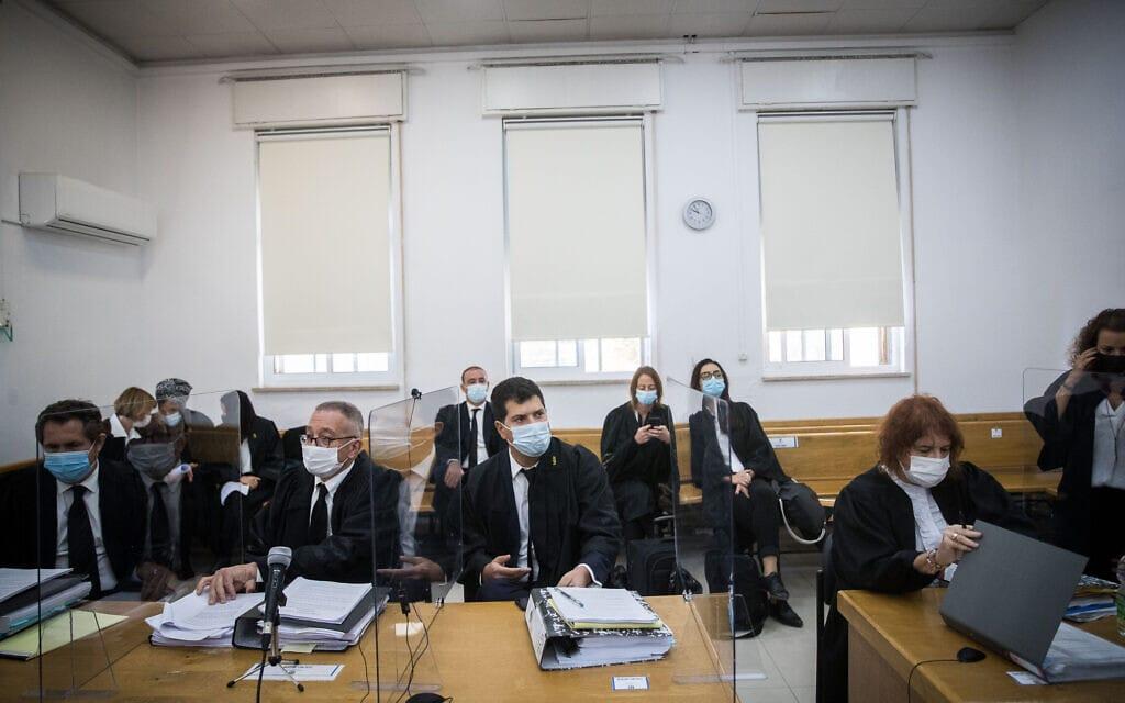 דיון בבית המשפט המחוזי בירושלים במשפט נתניהו ב-6 בדצמבר 2020. מימין התובעת ליאת בן-ארי, במרכז סנגוריו של בנימין נתניהו – עורכי הדין עמית חדד ובעז בן צור (צילום: יונתן זינדל/פלאש90)