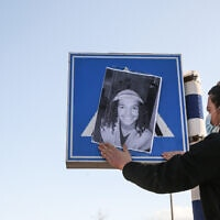 מוחה תולה על תמרור בצפת את תמונתו של אהוביה סנדק שנהרג בעת מרדף משטרתי, 22 בדצמבר 2020 (צילום: דוד כהן, פלאש 90)