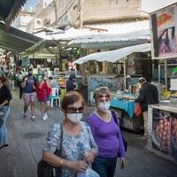 עוברים ושבים בשוק הכרמל בתל אביב, 27 בדצמבר 2020 (צילום: מרים אלסטר, פלאש 90)