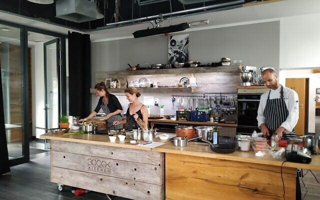 רייצ'ל רוי, במרכז, עובדת במטבח הניסויים של ההוצאה לאור של ספרה ביולי 2020 (צילום: יעקב שוורץ)