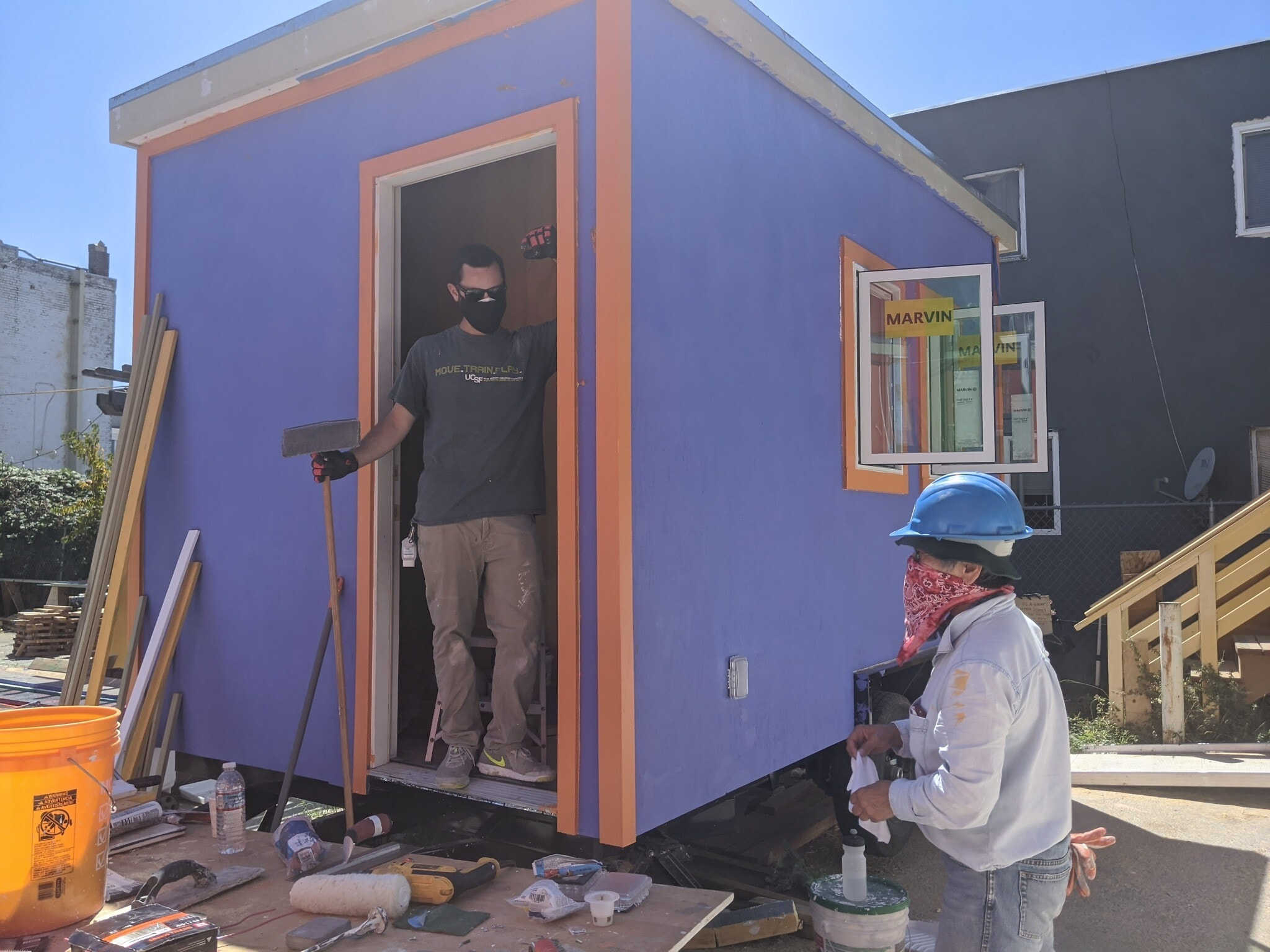 מתנדבים בכפר הבתים הזעירים צובעים את הבתים, 15 באוגוססט 2020 (צילום: מלאני לידמן)