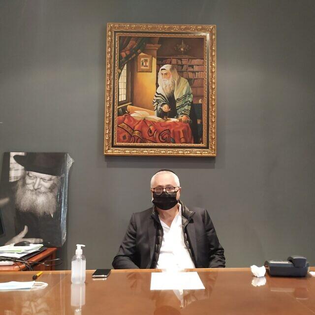 נשיא הקהילה היהודית במרסיי, מישל כהן טנוג'י, במשרדו בבית הכנסת הגדול, 21 באוקטובר 2020 (צילום: יעקב שוורץ)