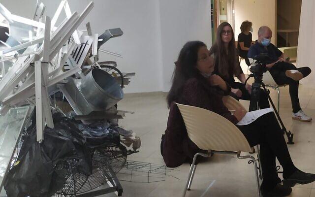 פאנל של אמנים ואוצרים שהתקיים בסטודיו בנק. משמאל: עבודה של קלודט זורע, שעשויה מפריטים שננטשו ברחוב