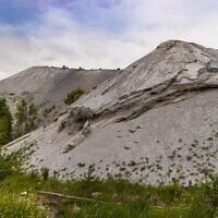 גבעות אפר מזהם ומזיק לבריאות כתוצאה מכריית פצלי שמן באסטוניה, 2018 (צילום: MetokKarpo / Alamy)