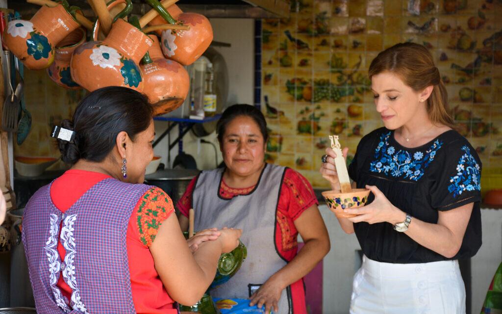 השפית פטי ג'יניץ' מבקרת בכפר מקסיקני ומבשלת עם הנשים המקומיות (צילום: באדיבוץ פטי ג'יניץ')