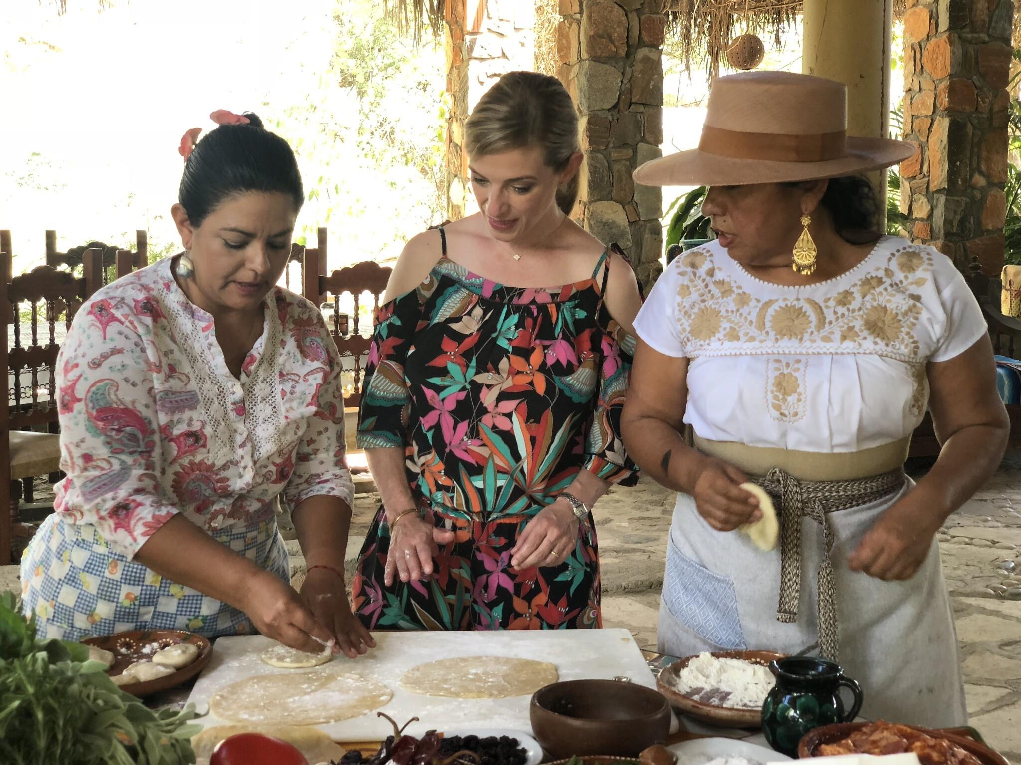 השפית פטי ג'יניץ' מבקרת בכפר מקסיקני ומבשלת עם הנשים המקומיות