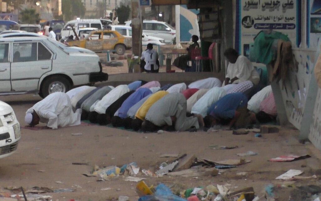 מוסלמים מתפללים ברחובות ח'רטום, סודן, נובמבר 2020 (צילום: זיו ג'ניסוב)