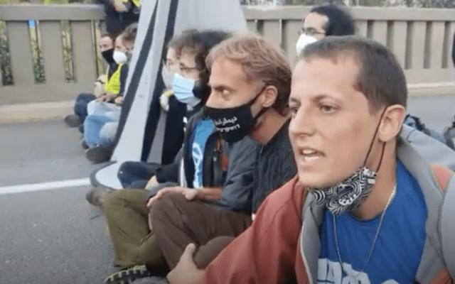 """מימין: אלעד הוכמן, מנכ""""ל מגמה ירוקה, בהפגנה מול בזן. נובמבר 2020 (צילום מסך מתוך וידאו שצילם אורן זיו)"""