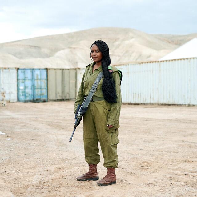 """סיסית, מאדיס אבבה, אתיופיה. חיילת חי""""ר (צילום: ברנט סלומוביק)"""