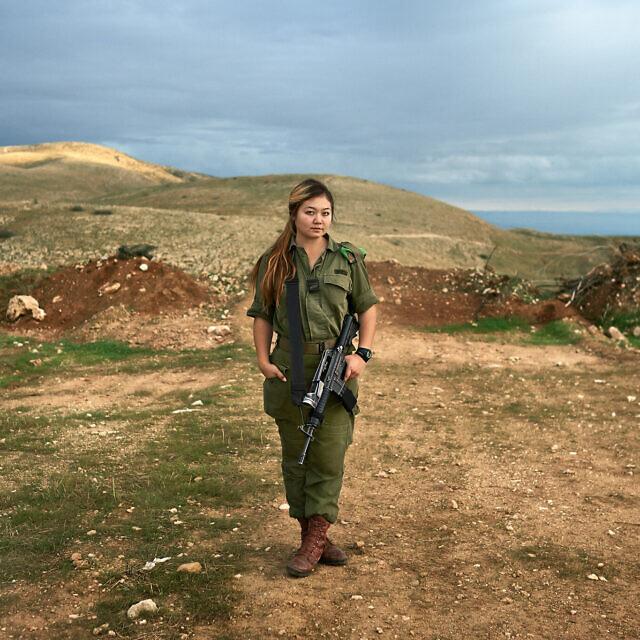 """אמילי, 19, מאוזבקיסטן. חיילת חי""""ר (צילום: ברנט סלומוביק)"""