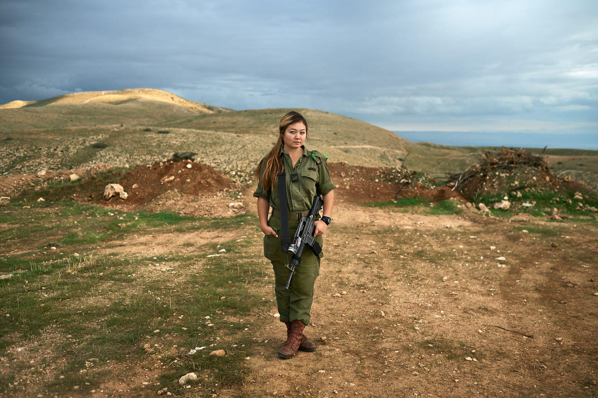 """אמילי, 19, מאוזבקיסטן. חיילת חי""""ר (צילום: ברנט סלומוביץ')"""