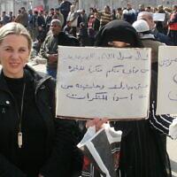 הפגנות בכיכר תחריר במצרים, בקריאה להפיל את המשטר. משמאל: קסניה סבטלובה. ינואר 2011 (צילום: קסניה סבטלובה)