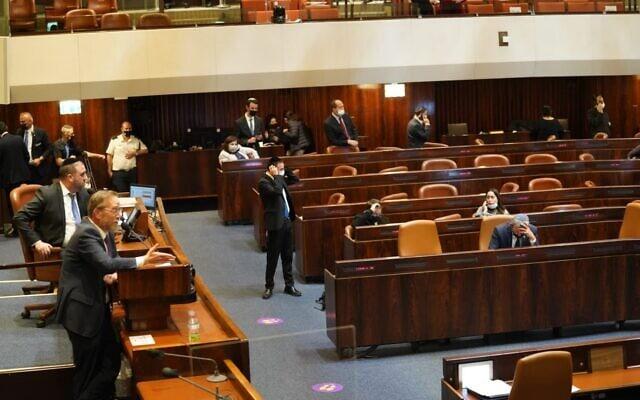 יצחק פינדרוס עושה מיני-פיליבסטר על דוכן הנואמים במליאת הכנסת, 21 בדצמבר 2020 (צילום: דני שם טוב/דוברות הכנסת)