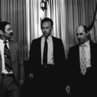 הנספח הצבאי אלי זעירא, השגריר יצחק רבין והנספח האוירי ג'ו אלון על מדרגות השגרירות בוושינגטון. (באדיבות משפחת אלון)