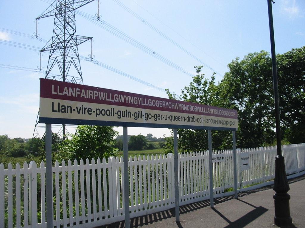 תחנת הרכבת בישוב עם השם הארוך ביותר בבריטניה (צילום: Chris McKenna/ויקיפדיה)