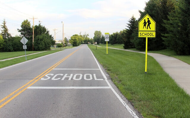 """תמרורים קצת יותר אפקטיביים ברחוב המוביל לבית ספר בארה""""ב (צילום: iStock)"""