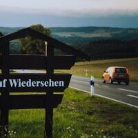 """שלט """"להתראות"""" בגרמנית (צילום: Photo by Jonathan Kemper on Unsplash)"""