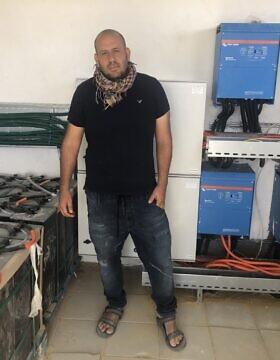 מתן דהן, שותף מייסד של עמותת איילים, במרכז המערכת הסולארית בשכונה החדשה מעלה שחק, 21 בדצמבר, 2020 (צילום: סו סורקיס, זמן ישראל)