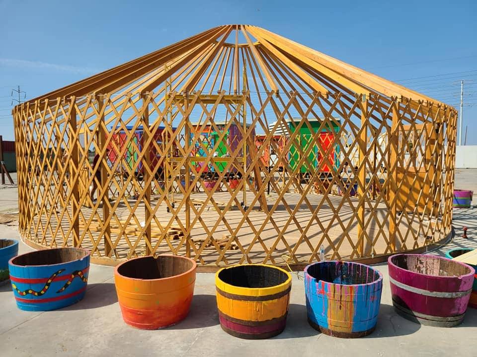 בניית אוהל ההסעדה, שיכלול מטבח וחדר אוכל, בכפר הבתים הזעירים של YSA באוקלנד, קליפורניה. 19 בספטמבר 2020 (צילום: באדיבות סאלי הינדרמן)