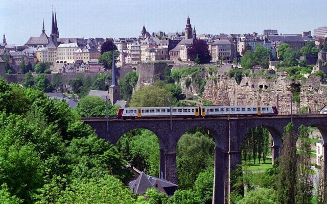 מבט לעיר העתיקה בלוקסמבורג. הדוכסות הפכה למרכז קרנות ההשקעה באירופה (צילום: AP Photo/Paul Ames)