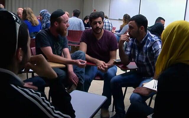 שיח הידברות בין ערבים ליהודים (מתוך סרטון של אוניברסיטת אריאל)