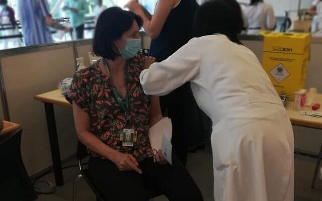 פרופ אנה לוין מתחסנת בחיסון הסיני בברזיל, 18 בינואר 2021 (צילום: באדיבות המצולמת)
