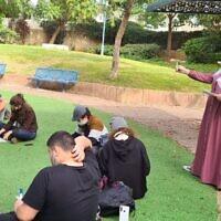 לימודים בגן ציבורי – אנקורי פתח תקוה (צילום: לימודים בגן ציבורי - קורונה 2020 - אנקורי פתח תקוה. קרדיט צילום: אסנת ספיר)