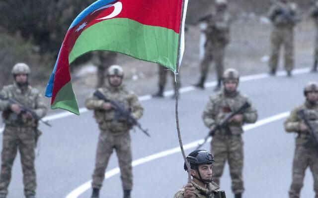 חיילים אזרים ליד הכפר דדיבנק, 25 בנובמבר 2020 (צילום: סטניסלב קרסילניקוב/TASS באמצעות Getty Images)