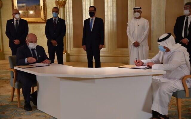 """הישאם עבד חאמיד אחמד מאיחוד האמירויות ואיציק לוי, מנכ""""ל קצא""""א, חותמים על הסכם צינור הנפט ב-20 באוקטובר 2020 (צילום: קצא""""א)"""