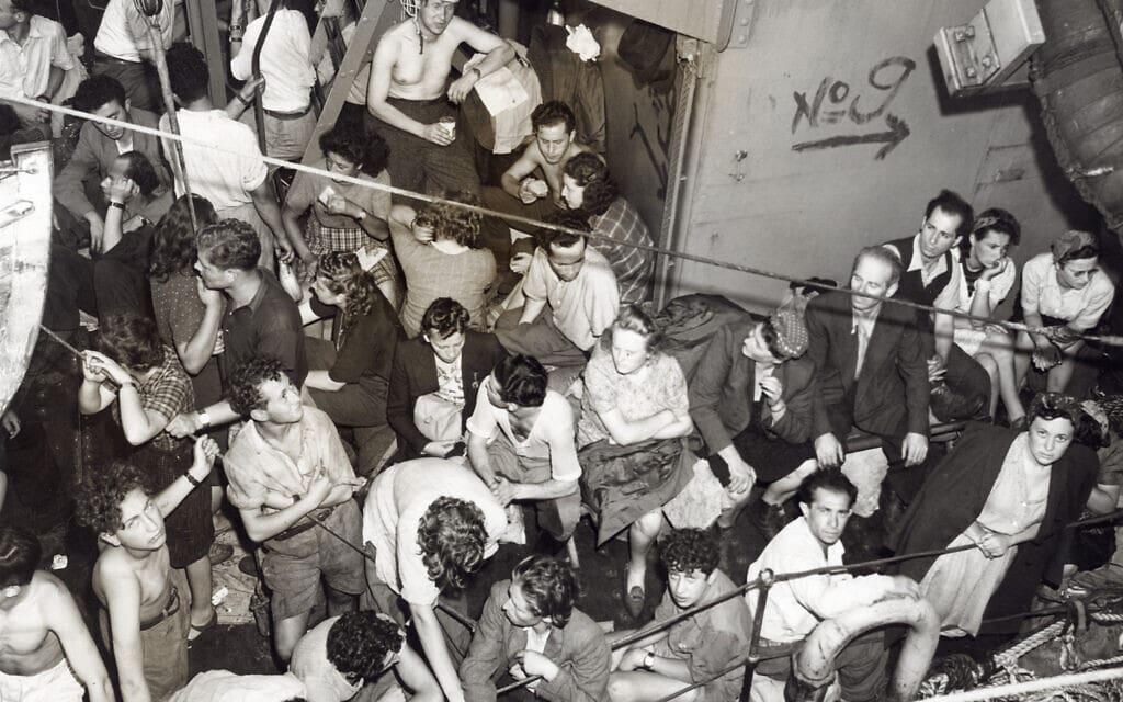 יהודים על ספינת הווג'ווד אחרי הבריטים החלו לירות עליה (צילום: מוזיאון השואה בארצות הברית)