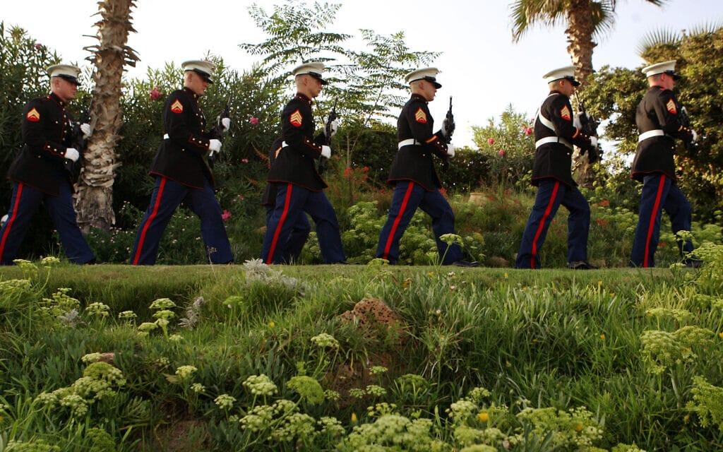 """חיילי מארינס בבית שגריר ארה""""ב בהרצליה במלאת חמש שנים לאסון התאומים, 11 בספטמבר 2006 (צילום: AP Photo/Ariel Schalit)"""