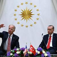 נשיא טורקיה רג'פ טאיפ ארדואן יחד עם ג'ו ביידן, בעת כהונתו כסגן נשיא ארצות הברית, באנקרה, 24 באוגוסט 2016 (צילום: Kayhan Ozer, Presidential Press Service Pool via AP)
