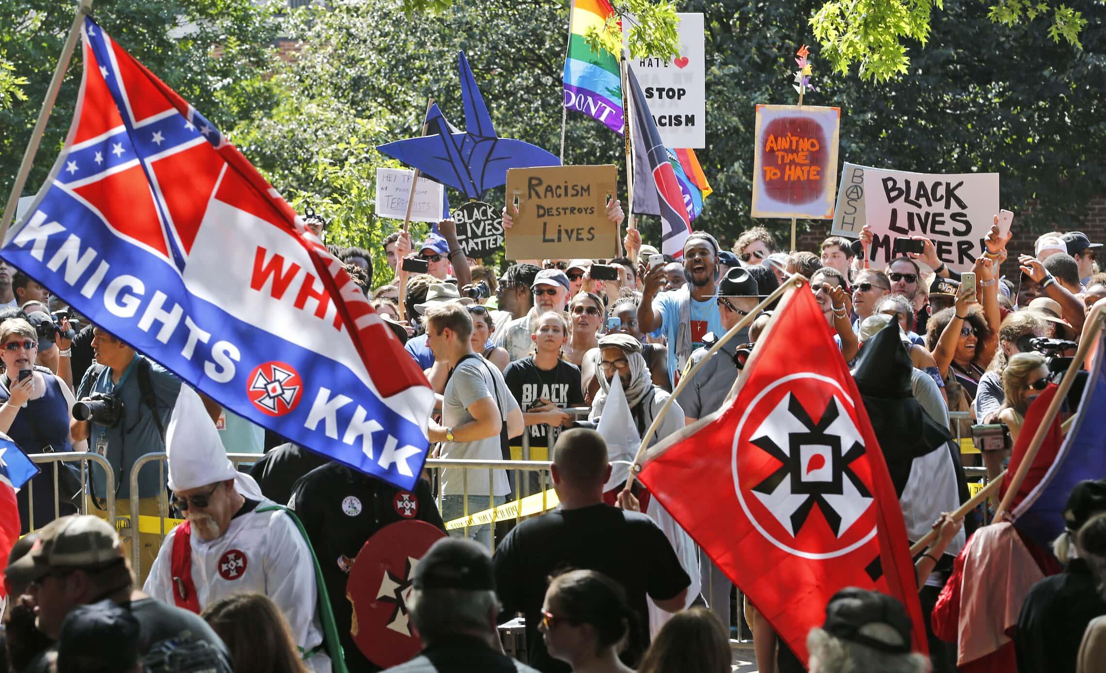 גזענים ואנשי ימין קיצוני בהפגנה בשרלוטסוויל, 8 ביולי 2017 (צילום: AP Photo/Steve Helber)