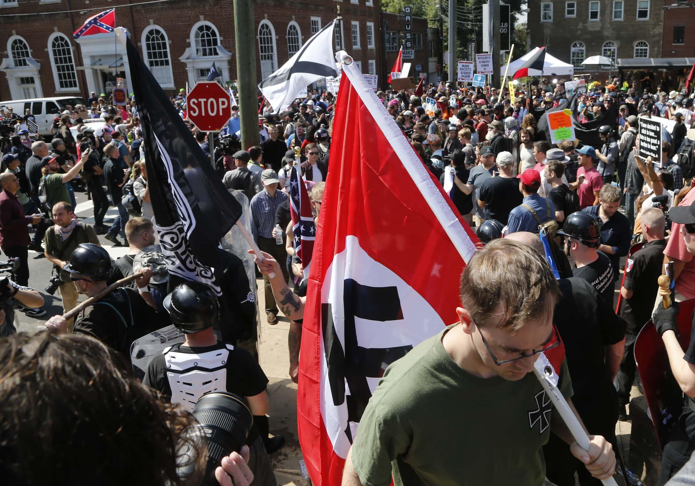 צלב קרס בהפגנה בשרלוטסוויל, 8 ביולי 2017 (צילום: AP Photo/Steve Helber)