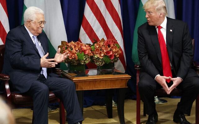 """נשיא ארה""""ב דונלד טראמפ עם נשיא הרשות הפלסטינית מחמוד עבאס בפגישה בניו יורק, ב-20 בספטמבר 2017 (צילום: AP Photo/Evan Vucci)"""