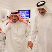 מלך ערב הסעודית סלמאן יחד עם השייח הקטרי עבדאללה בין עלי אל תאני בטנג'יר שבמרוקו, 17 באוגוסט 2017 (צילום: Saudi Press Agency via AP)