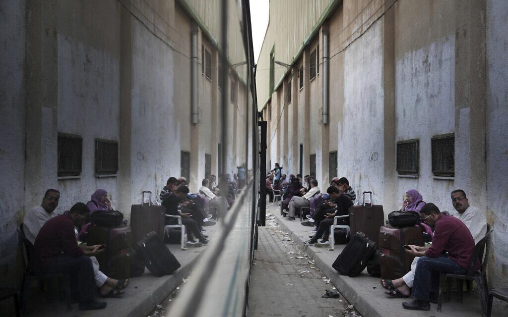 פלסטינים ממתינים במעבר רפיח בעזה לעבור למצרים, במאי 2018 (צילום: AP Photo/ Khalil Hamra)