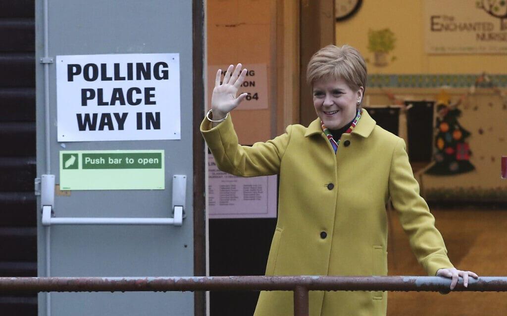 השרה הסקוטית הראשונה ניקולה סטרג'ון מצביעה בגלזגו, סקוטלנד, דצמבר 2019 (צילום: AP Photo/Scott Heppell)