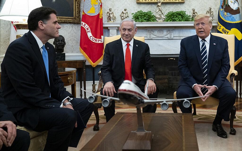 רון דרמר עם בנימין נתניהו ודונלד טראמפ בחדר הסגלגל בבית הלבן, 27 בינואר 2020 (צילום: AP Photo/ Evan Vucci)