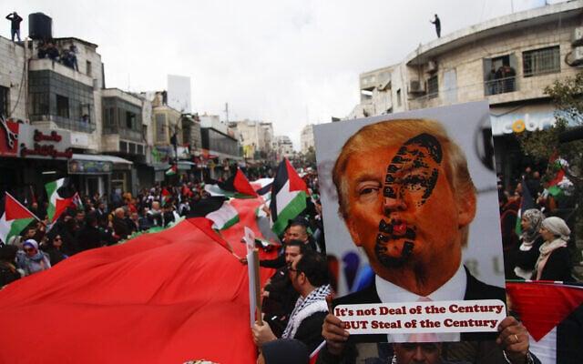 פלסטינים מפגינים ברמאללה נגד תוכנית המאה של דונלד טראמפ, ב-11 בפברואר 2020 (צילום: AP Photo/Majdi Mohammed)