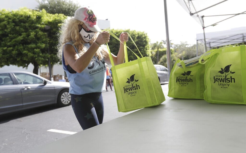 המתנדבת רייצ'ל פרידלנד מעמיסה אוכל כשר לנזקקים במרכז היהודי במיאמי, 29 ביולי 2020