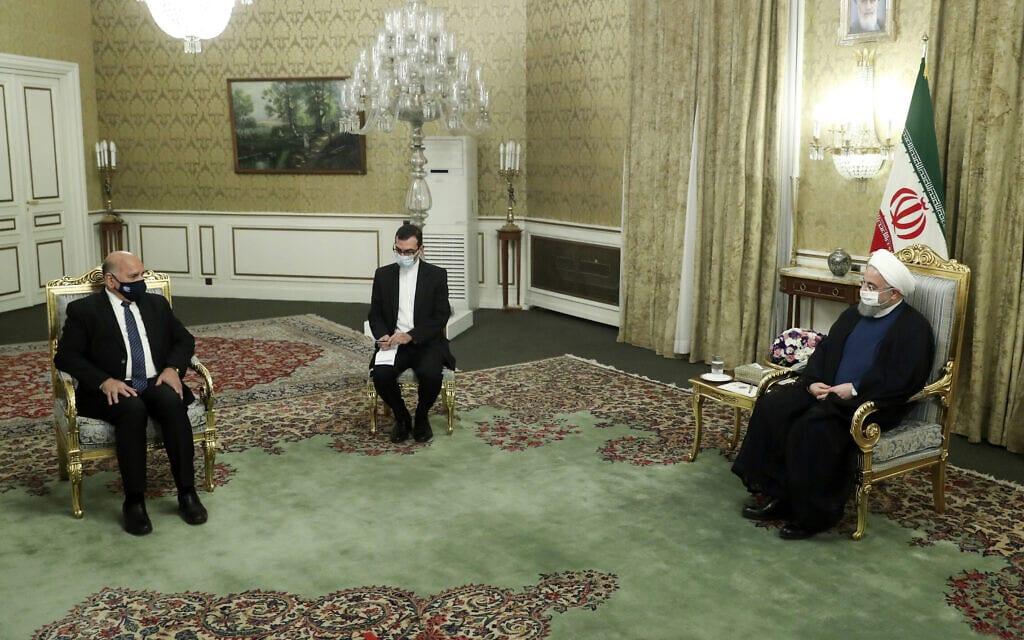 נשיא איראן חסן רוחאני בפגישה עם שר החוץ של עיראק פואד חוסיין, כשבין השניים יושב מתורגמן, 26 בספטמבר 2020 (צילום: Iranian Presidency Office via AP)