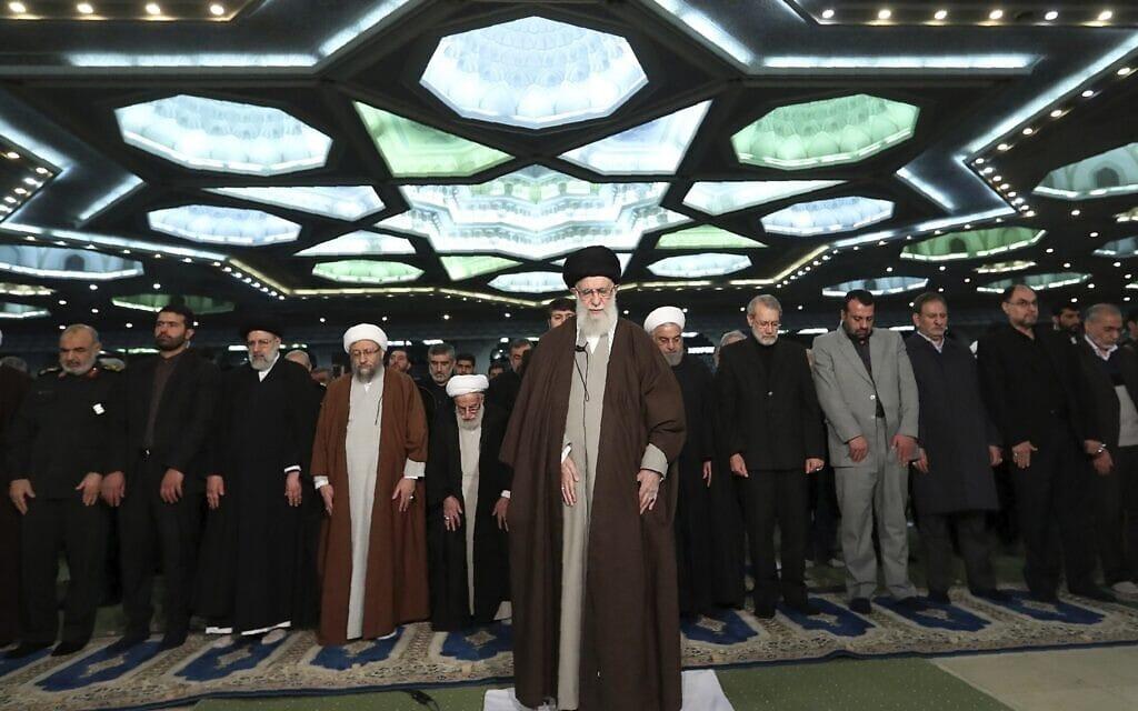 המנהיג העליון של איראן, האייתוללה עלי חמינאי, במרכז, בתפילת יום שישי במסגד הגדול בטהרן, 17 בינואר 2020 (צילום: Office of the Iranian Supreme Leader via AP)